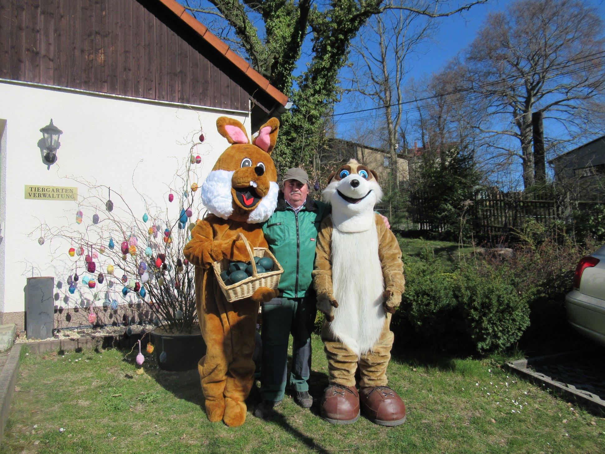Der Osterhase trifft sich mit Kolo im Tiergarten.
